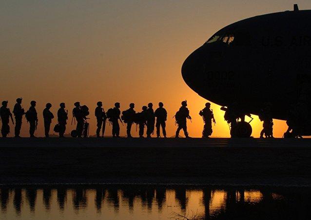 Soldados del Ejército estadounidense abordando un avión de transporte militar C-17 Globemaster