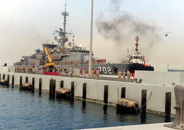 Las fuerzas sauditas se ven después de la llegada de la fragata Al-Madinah en la base naval del Rey Faisal de Jeddah