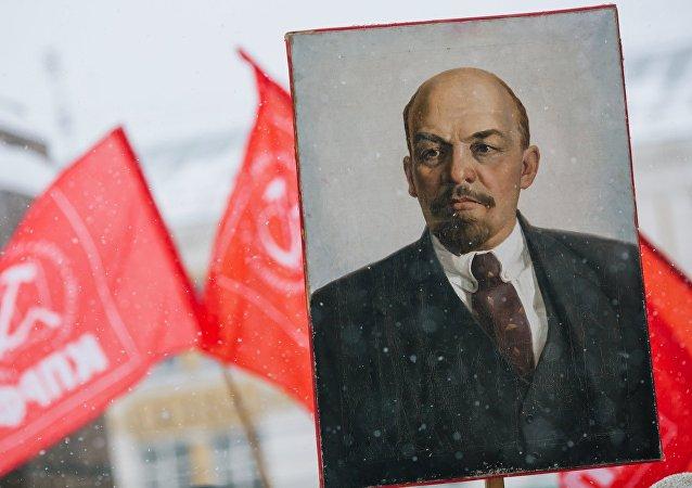 El retrato de Vladimir Lenin en una demostracion con motivo del aniversario de la Gran Revolucion de Octubre (archivo)
