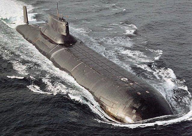 Un submarino de la clase Akula en el mar