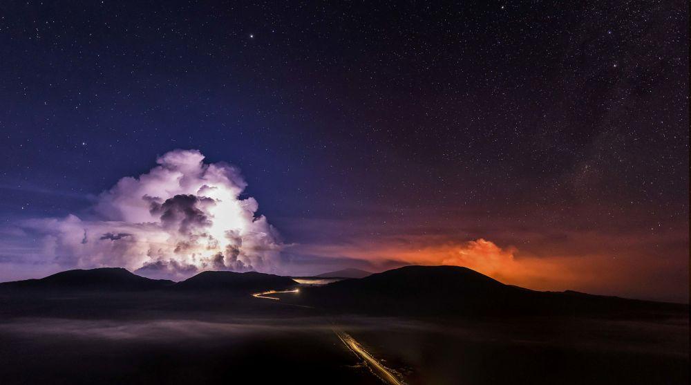 Erupción del volcán Piton de la Fournaise en la isla francesa de Reunión en el océano Índico