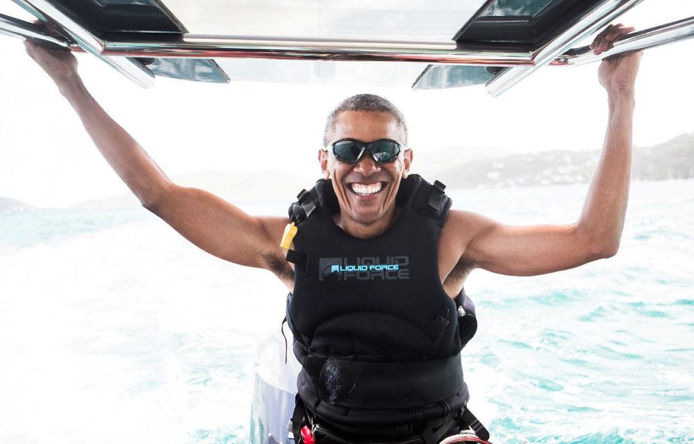 El ex presidente de Estados Unidos, Barack Obama, aprende kitesurf durante sus vacaciones en las Islas Vírgenes