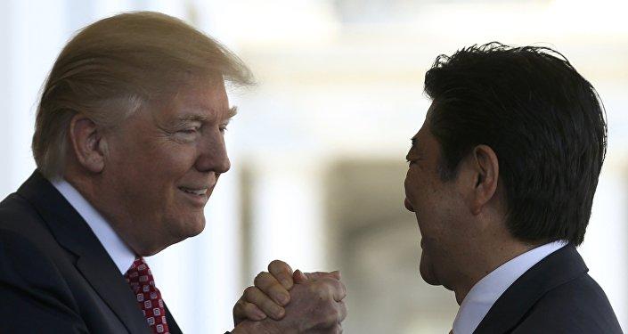 Presidente de EEUU, Donald Trump, y primer ministro de Japón, Shinzo Abe (archivo)