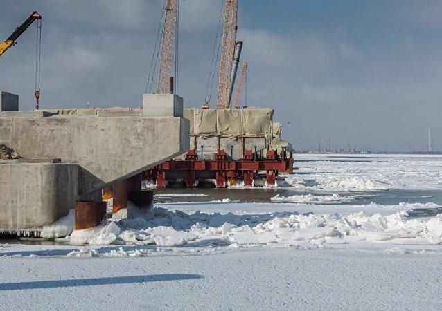 Siguen las obras en el puente de Crimea pese al mar congelado