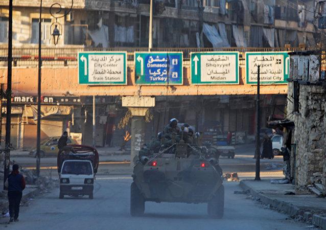 Soldados rusos patrullan las calles de Alepo, Siria