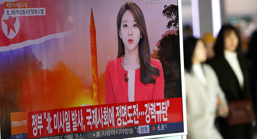 Presentadora de televisión surcoreana informa sobre el lanzamiento de un misil balístico norcoreano (archivo)