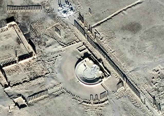 Una imagen de satélite muestra el daño en el Tetrápilo y el Anfiteatro Romano en la histórica ciudad de Palmira