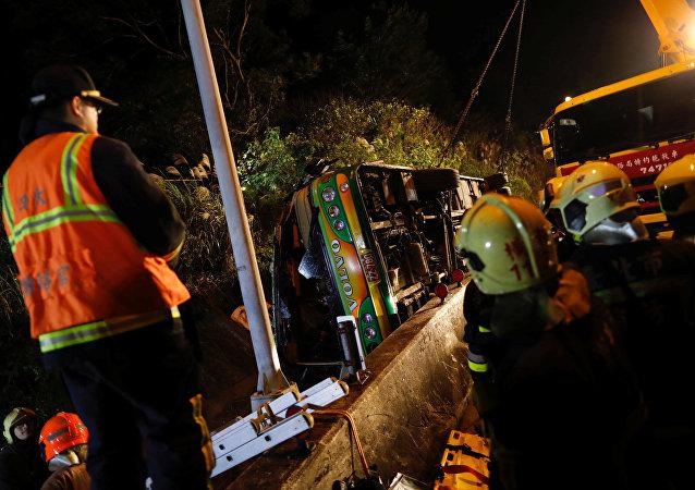 Socorristas cerca del autobús turístico siniestrado en Taipei