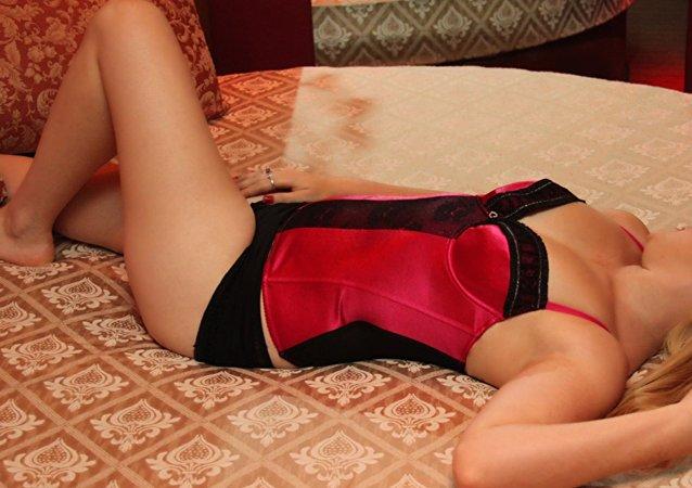 Mujer vestida con lencería erótica