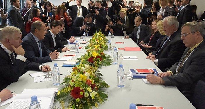 Ministro de Asuntos Exteriores de Rusia, Serguéi Lavrov con su homólogo norteamericano, Rex Tillerson