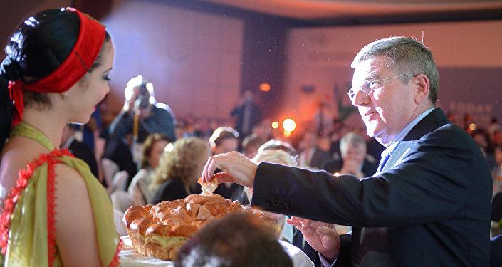 El presidente del Comité Olímpico Internacional, Thomas Bach, es recibido 'Con Pan y Sal' en Sochi, 30 de octubre 2013.