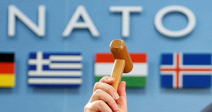 El Secretario General de la OTAN, Jens Stoltenberg, con un martillo ceremonial