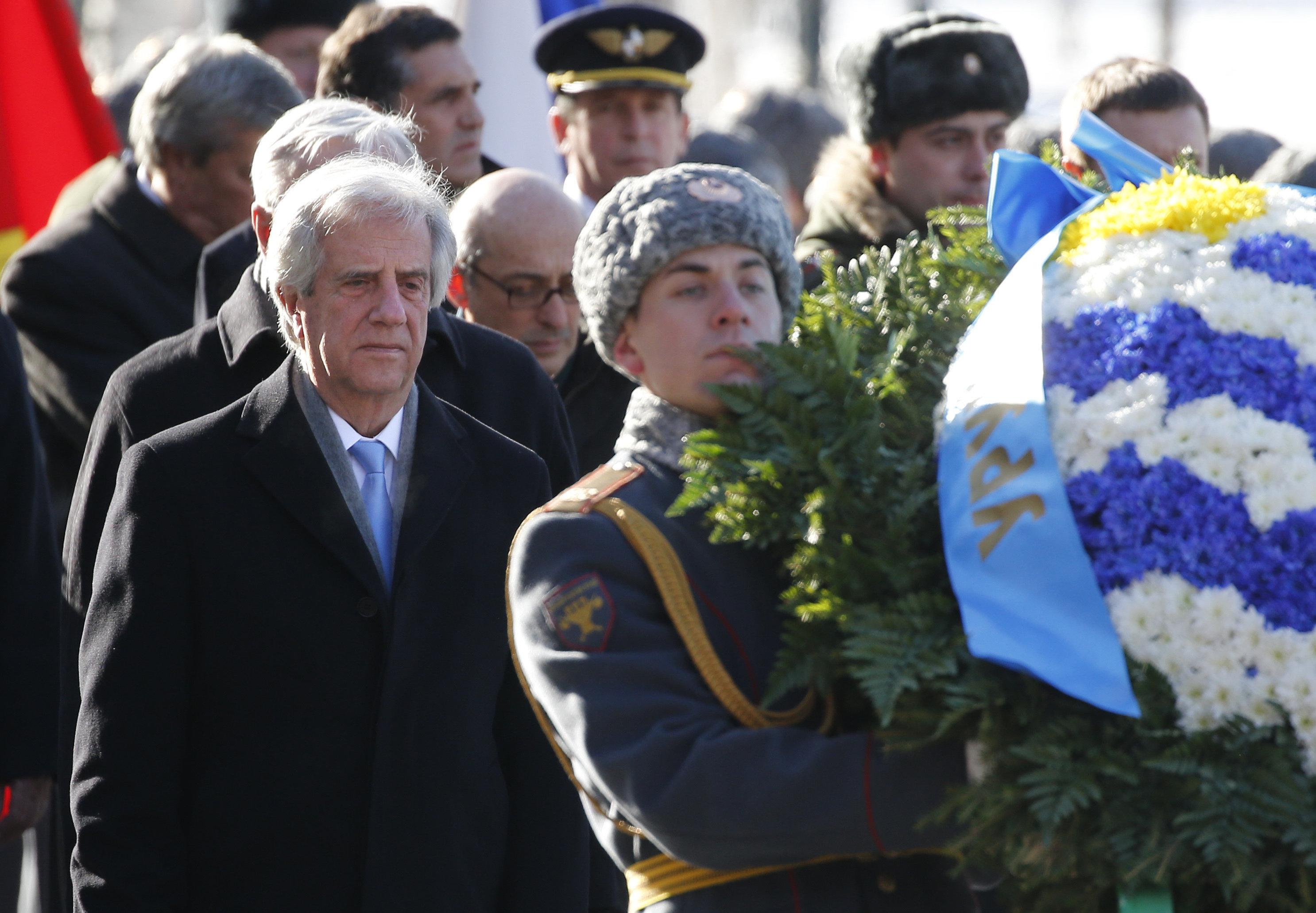 El presidente de Uruguay, Tabaré Vázquez, realiza una ofrenda floral a la tumba del Soldado Desconocido en Moscú, 16 de febrero de 2017.
