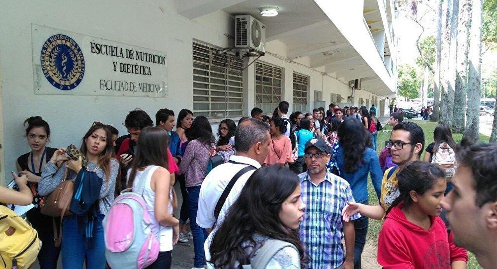 Estudiantes de la Universidad Central de Venezuela votan por sus autoridades, pese a sentencia qur suspende el porceso