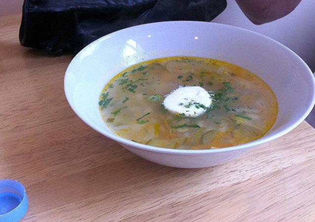Sopa rassólnik, típico plato ruso