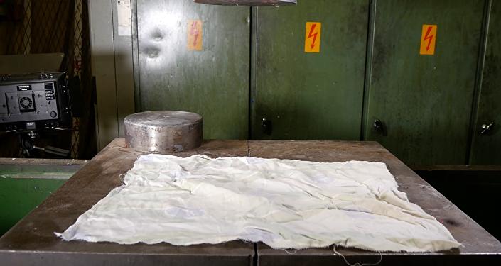 Cómo doblar ropas con una prensa hidráulica