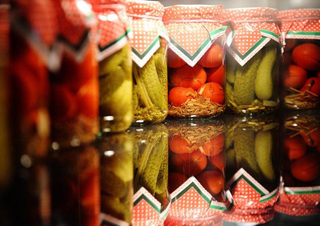 Tarros de conservas de Rusia en una exhibición internacional de alimentos