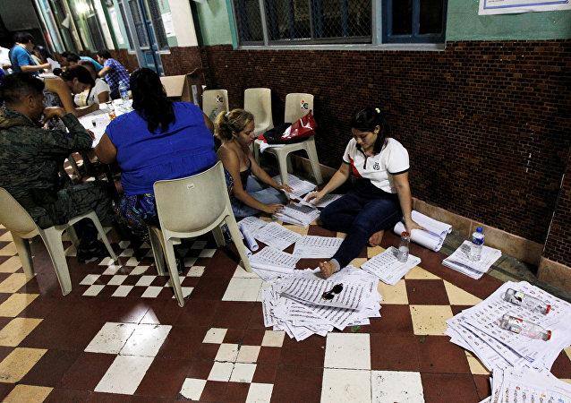 Escrutinio de los votos en Ecuador