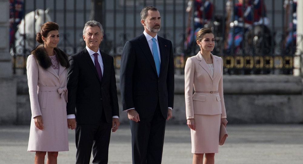 Los Reyes de España reciben a Mauricio Macri con los máximos honores