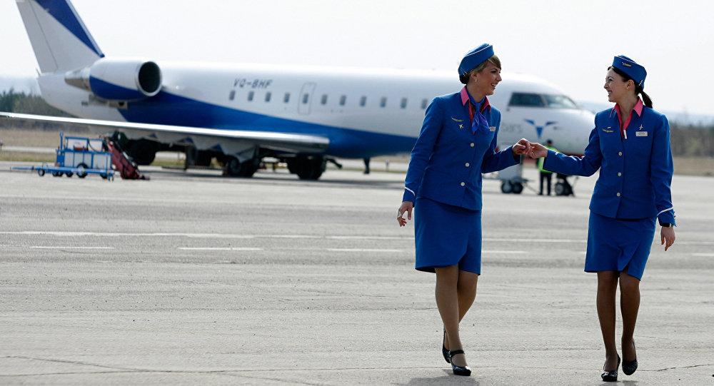 Azafata latina pajlleraprofessional en el retrete del avion 2