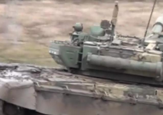 El T-72 se toma un baño de barro