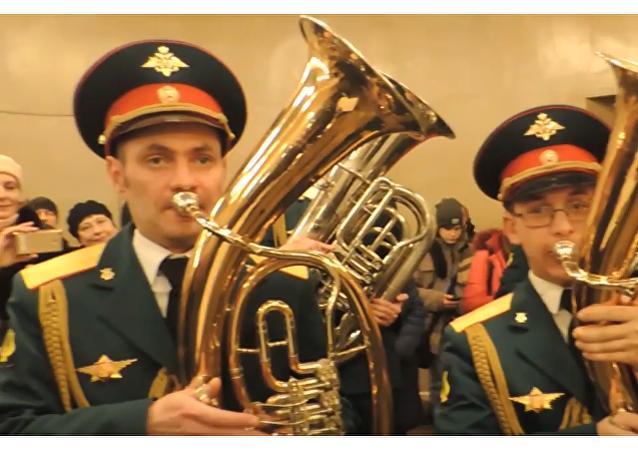 Actuación sorpresa de una orquesta militar en el metro de Moscú