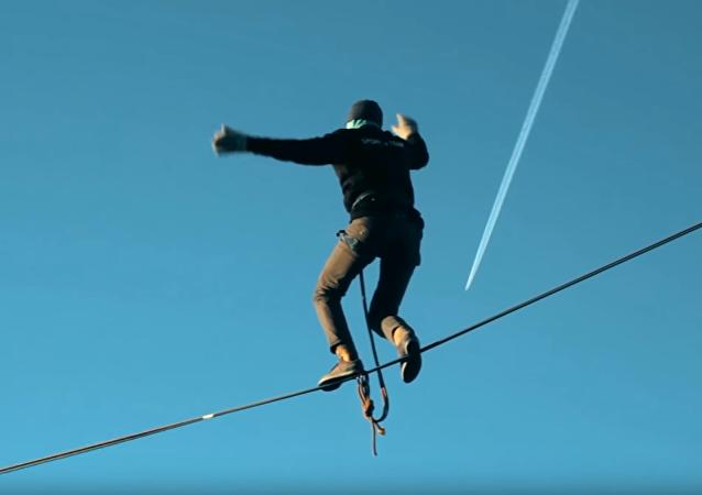 Acróbata ruso se pone a prueba a 85 metros de altura y se salva por el arnés de seguridad
