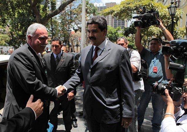 Riad al Malki, canciller de Palestina y  Nicolas Maduro, presidente de Venezuela (archivo)