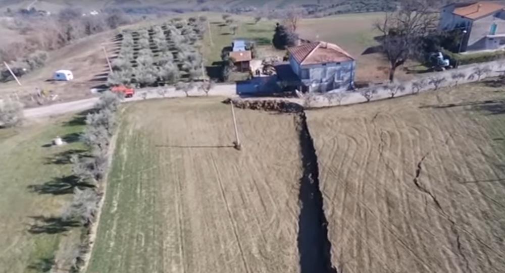 Un deslave imparable hace que un pueblo italiano se derrumbe un metro por día
