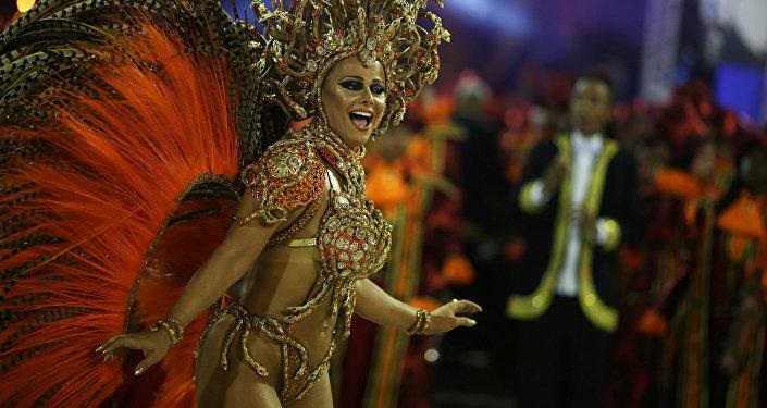 Una participante del carnaval brasileño