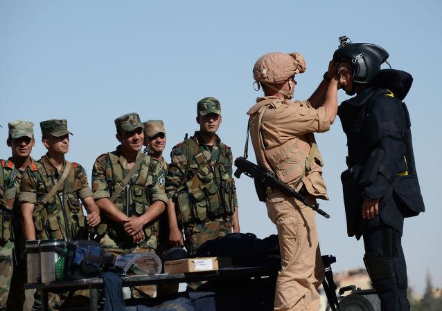 Militar ruso entrenando a zapadores sirios (archivo)