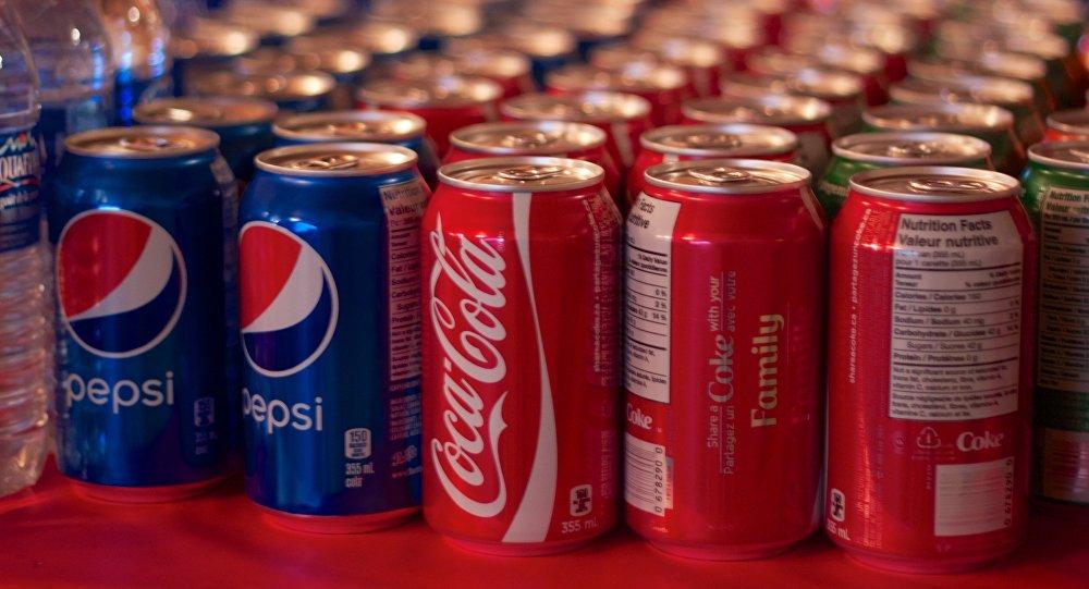 Las latas de Pepsi y Coca-cola en una tienda