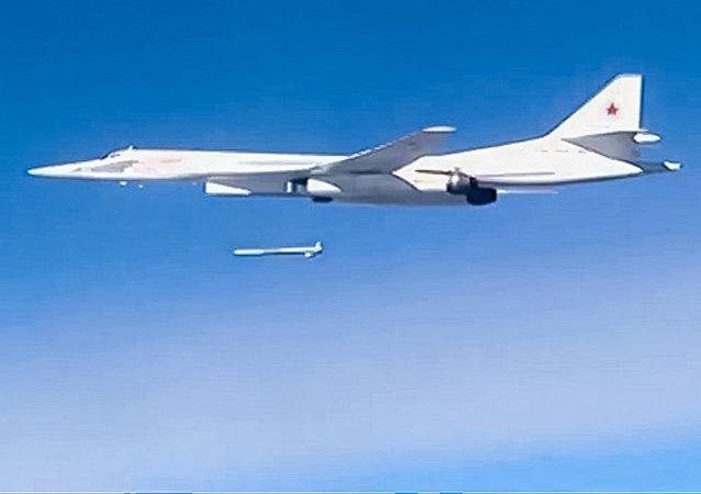 Un Tu-160 lanzando un misil de crucero Kh-555 contra Daesh en Siria