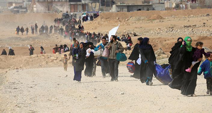 Residentes de Mosul abandonando la ciudad (Archivo)