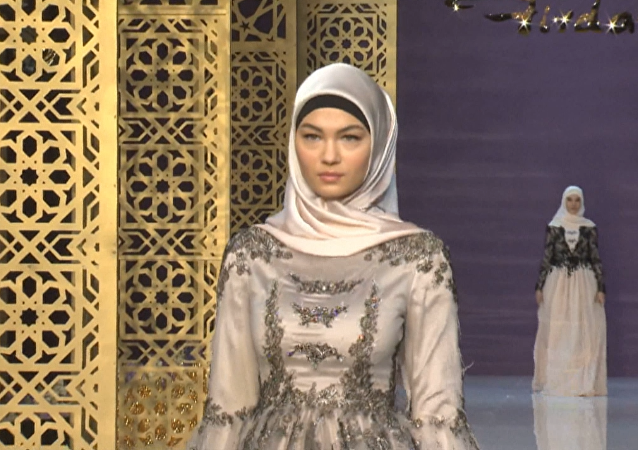 Alta costura chechena: la hija de Ramzán Kadírov, en el mundo de la moda