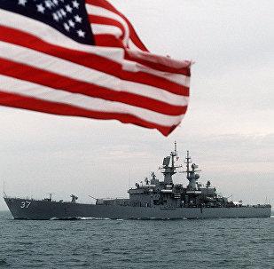 La bandera de EEUU y el buque estadounidense