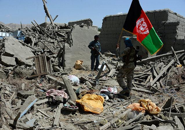Soldados afganos con la bandera nacional del país (imagen referencial)