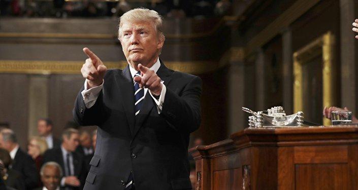 Donald Trump reacciona después de leer su primero discurso en una sesión conjunta del Congreso