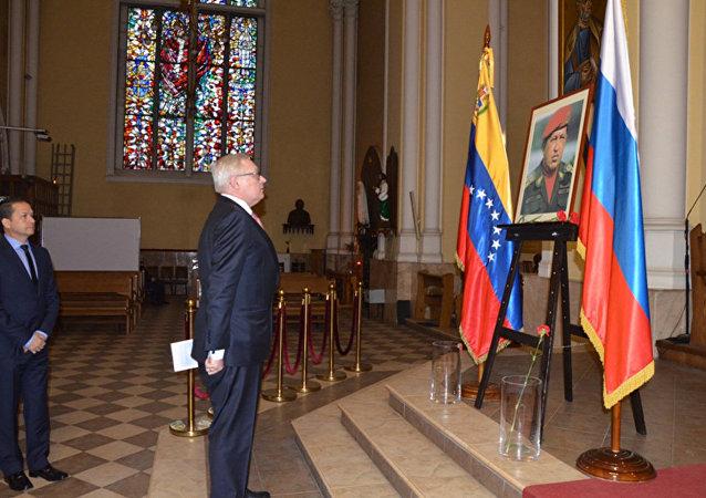 El viceministro de Relaciones Exteriores de Rusia, Serguei Riabkov, rinde homenaje a Hugo Chávez