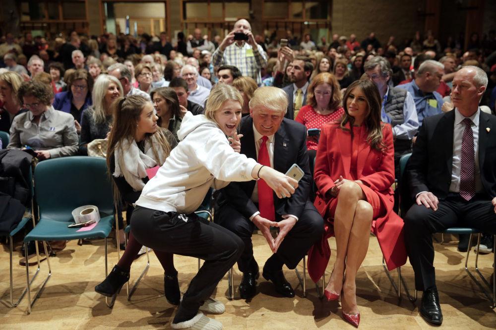 Donald Trump aceptó ser fotografiado con una seguidora suya durante una reunión en el marco de la campaña electoral en Iowa