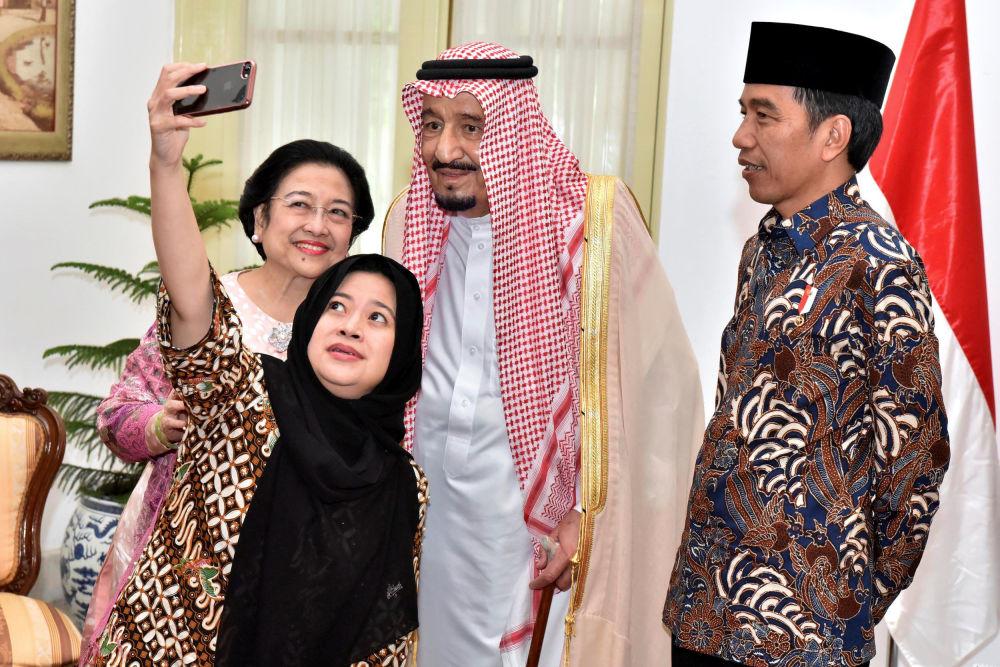 El presidente indonesio, Joko Widodo, observa cómo la expresidenta Megawati Soekarnoputri y su hija, la ministra Puan Maharani, se toman una foto con el rey saudí, Salmán bin Abdulaziz, que llegó de visita a Yakarta
