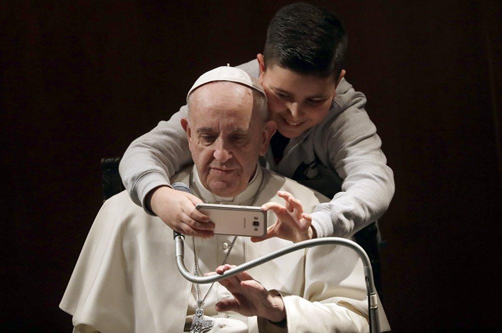 Un gran amante de las autofotos, el papa Francisco, se fotografía con un niño en una de las iglesias de Roma