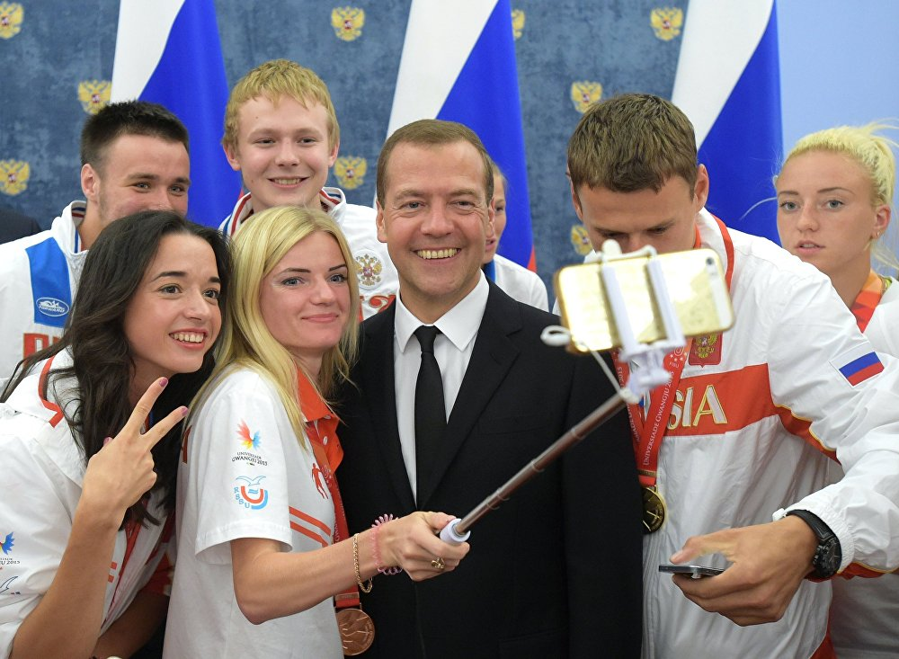 El primer ministro ruso, Dmitri Medvédev, se toma una instantánea con los ganadores de la Universiada de Verano XXVIII en Gwangju (Corea del Sur), en la residencia Gorki