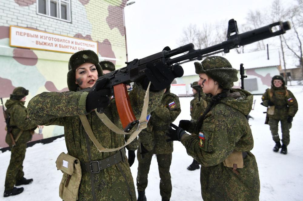 Belleza que mata: un concurso que pone a prueba a las militares rusas