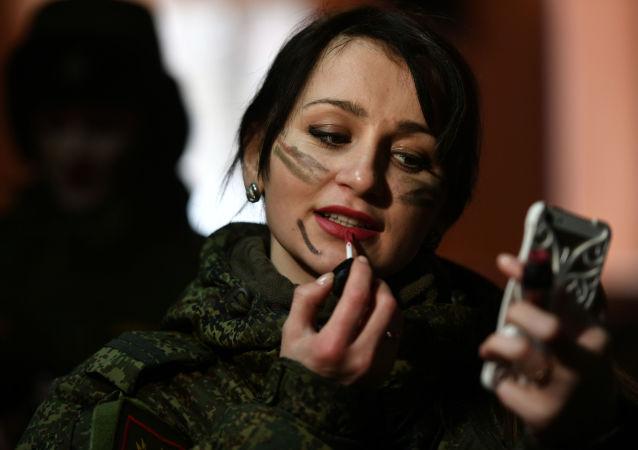 Una participante del concurso de belleza y excelencia profesional 'Maquillaje de camuflaje'.