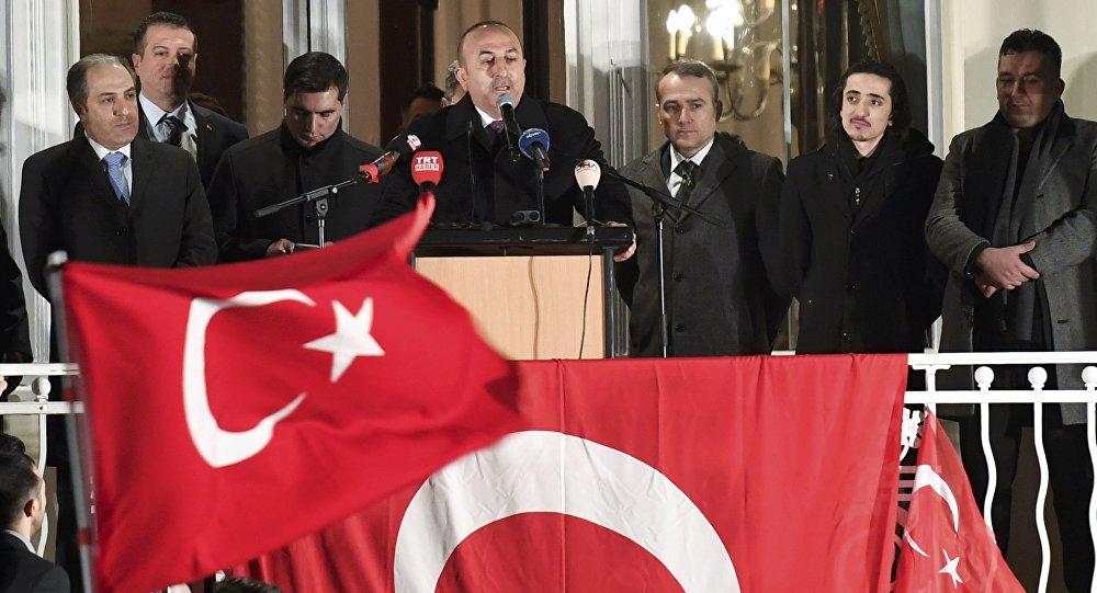 Mevlut Cavusoglu, ministro turco de Asuntos Exteriores durante un mitin en Hamburgo
