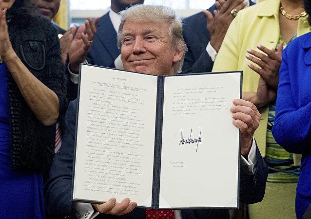 Donlad Trump, presidente de EEUU, con un decreto firmado
