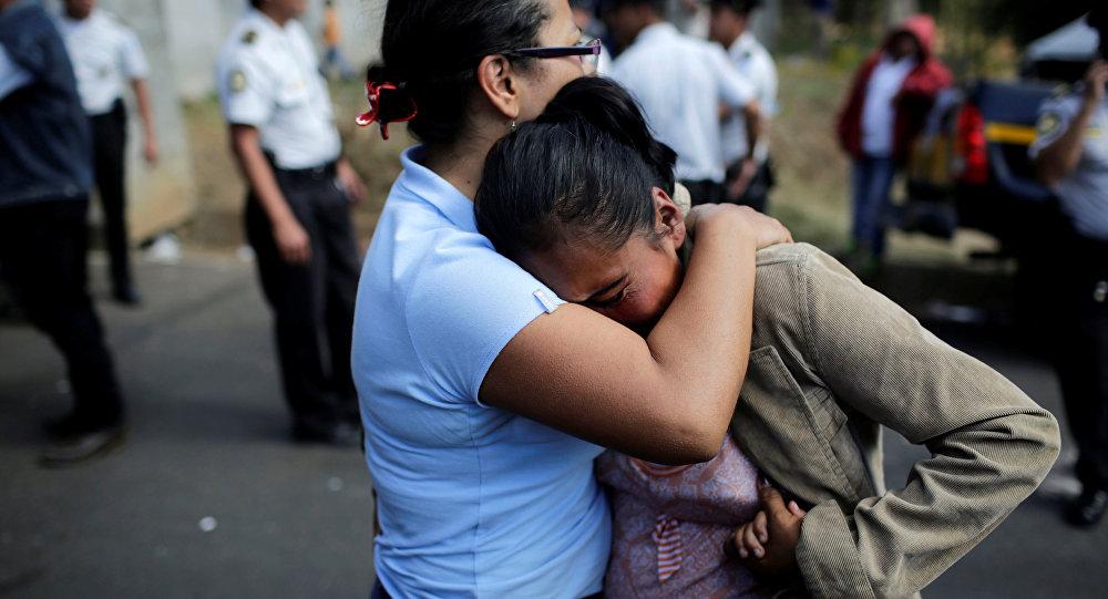 La gente llora por sus familiares durante el incendio en Guatemala