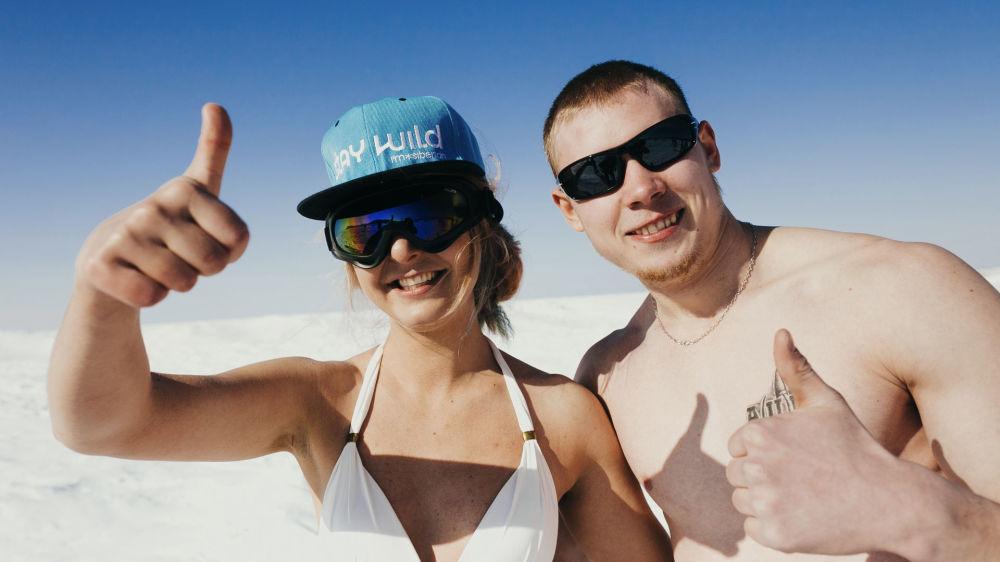 Las bellezas rusas disfrutan en traje de baño de las playas blancas del Baikal