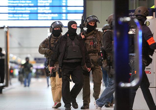 Las unidades especiales de la Policía alemana en el lugar de ataque en Dusseldorf